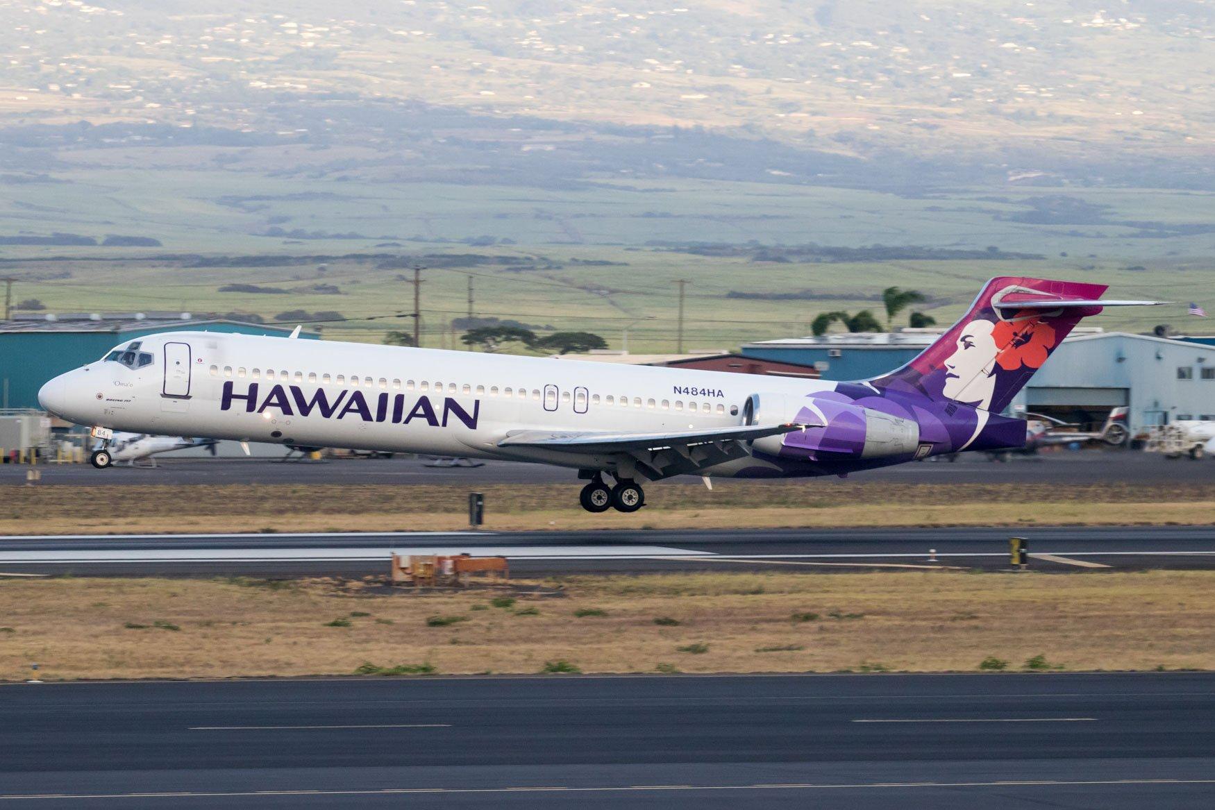 Hawaiian Airlines 717-200 Landing at Kahului