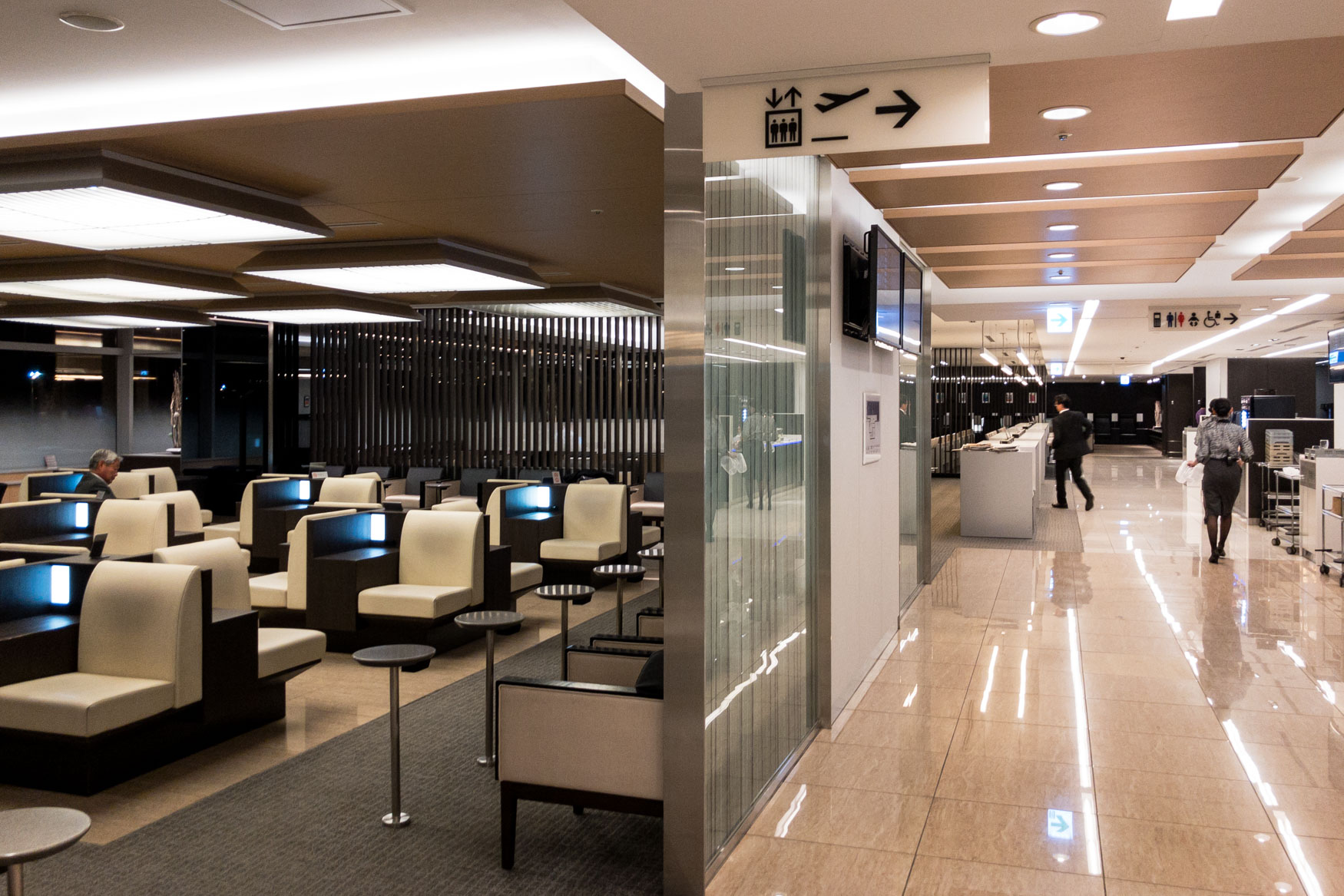 Overview of domestic ANA business class lounge at Tokyo Haneda