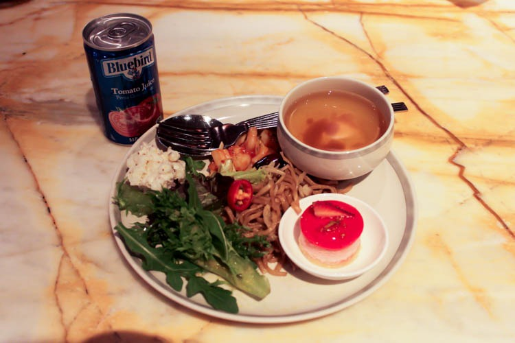 Dinner in Singapore Airlines SilverKris Business Class Lounge at